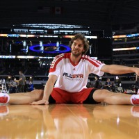 Pau Gasol, estirando antes del partido. Copyright 2010 NBAE (Photo by Glenn James/NBAE via Getty Images)