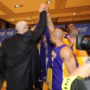 Phil Jackson celebra la victoria con sus jugadores (Photo by Andrew D. Bernstein/NBAE via Getty Images)