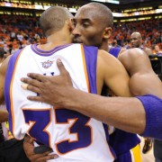 Kobe Bryant abraza a Grant Hill, tras anotar canastas imposibles sobre su defensa (Photo by Noah Graham/NBAE via Getty Images)