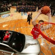 Blake Griffin, por encima del coche (Foto: Getty)
