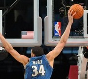 Javale McGee machaca a dos manos (Foto: Getty)