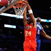Kobe Bryant machaca evitando el tapón de LeBron James (Foto: Getty)